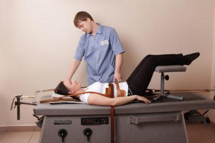Вытягивание при грыже шейного отдела можно проводить в воде или «на сухую»