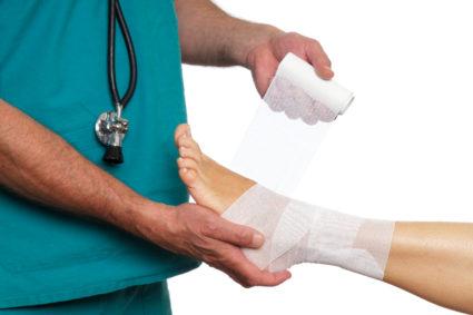 При отёчности нужно наложить холодный компресс и обездвижить ногу
