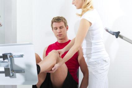 Реабилитация после замены коленного сустава проводится посредством нескольких этапов