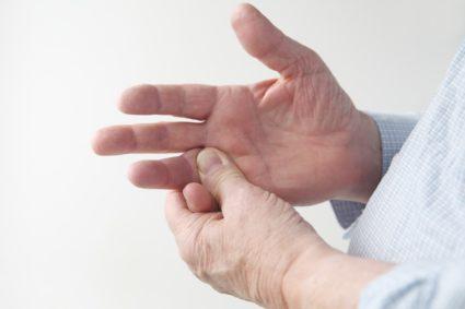 Снижении чувствительности в области пальцев  наблюдаться лишь в случае выраженного поражения