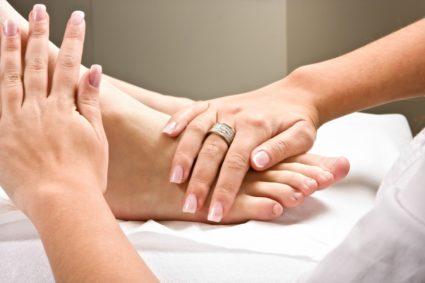 Массаж рук и ног поможет восстановить кровоток