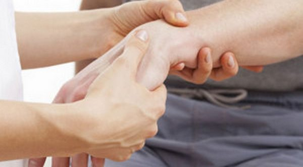 При боли в запястье нужно лечить