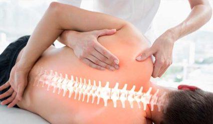 При болях в позвоночнике необходимо обратиться к врачу