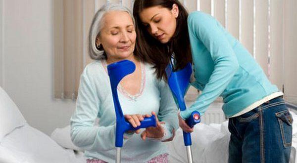 В некоторых случаях необходима поддержка костылями при ходьбе