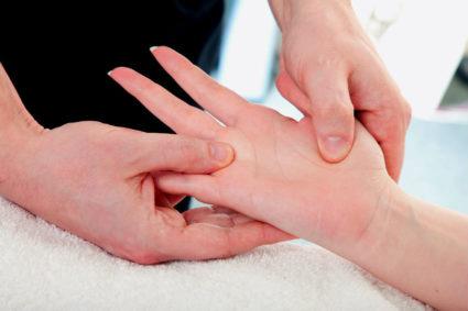 Осмотр руки пациента врачом