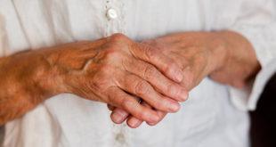 Руки женщины в возрасте