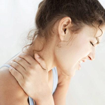 У девушки боль в шее