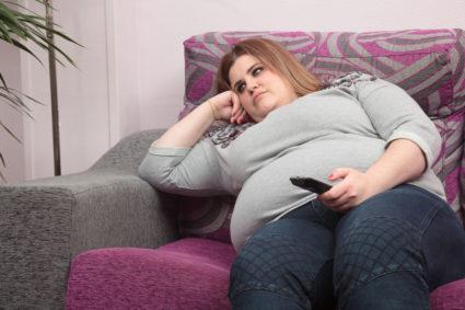 Девушка страдающая лишним весом