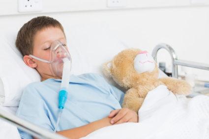 Мальчик с инбулайзером