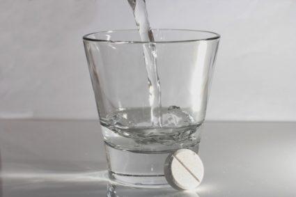 Таблетка и вода