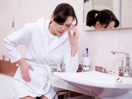 Болит бок у женщины